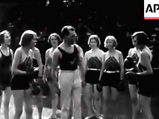 Chorus_girls_boxing