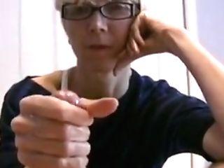 Une Vieille Cochonne Fait Sortir Le Sperme D'une Jeune Bite