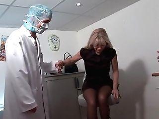 Une Vieille Dame Se Fait Abuser Chez Le Gynécologue